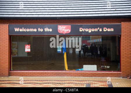 Empty shop front 'Dragon's Den' in Newport, Wales - Stock Photo