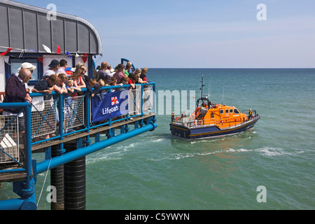 The crowds on Cromer pier watch the Tamar class ALB 'The Victor Freeman' at work - Stock Photo