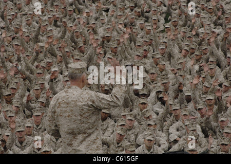 General James Conway Marine Corps Commandant administers the Marine oath of enlistment during a mass reenlistment - Stock Photo
