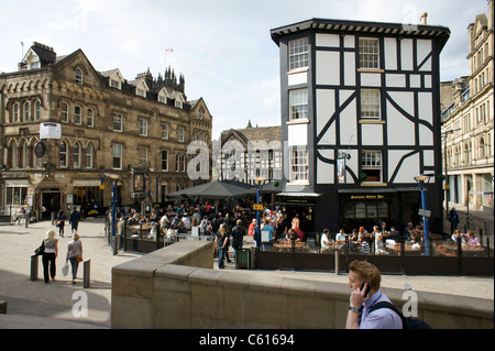 Manchester city centre. The Old Wellington Inn (1552) and Sinclairs Oyster Bar in Shambles Square. Cathedral precinct - Stock Photo