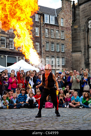 The Mighty Gareth Street Performer returns to the Edinburgh Fringe Festival 2011 to perform for his 24th year at - Stock Photo