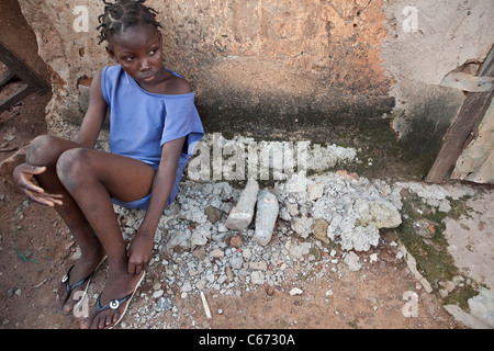 A child sits on the streets of Banconi, a slum in Bamako, Mali, West Africa. - Stock Photo