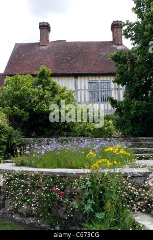 THE SUMMER BORDERS AT GREAT DIXTER HOUSE. EAST SUSSEX UK. - Stock Photo