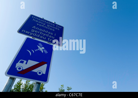 Sat-nav sign: unsuitable for heavy goods vehicles - Stock Photo