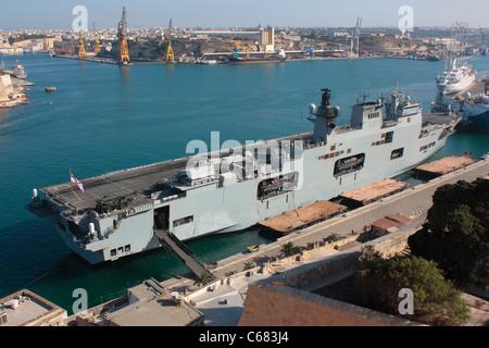 The Royal Navy amphibious assault ship HMS Ocean in Malta's Grand Harbour - Stock Photo