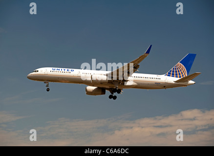 United Airlines (Continental Airlines) Boeing 757-224  approaching London Heathrow airport LHR.   SCO 7565 - Stock Photo