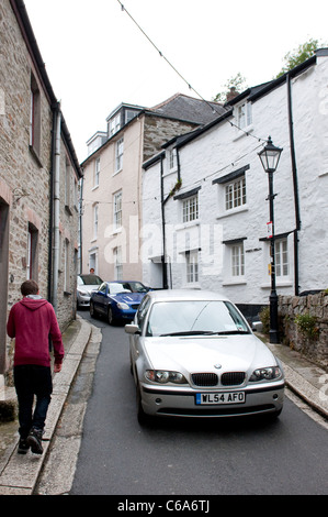 Traffic winding through the tiny streets of the town of Fowey in Cornwall. - Stock Photo