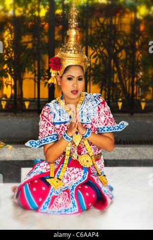 Temple dancers at Erawan Shrine, Bangkok, Thailand - Stock Photo