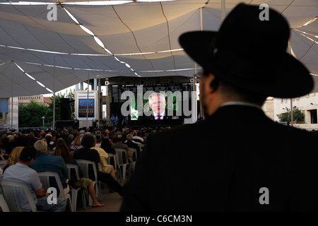 Supporters of US radio personality Glenn Beck watching him live on screen in Safra Square in front of Jerusalem - Stock Photo
