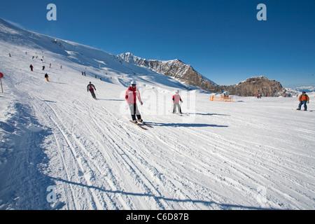 Skifahrer am Hintertuxer Gletscher, Skier at the Hintertuxer glacier - Stock Photo
