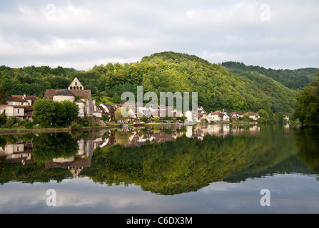 Beaulieu sur Dordogne France reflected in the lake - Stock Photo