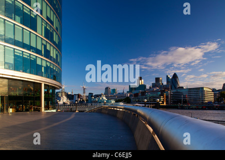 England, London, Southwark. The 'More London' develpoment near the London City Hall, looking towards the financial - Stock Photo