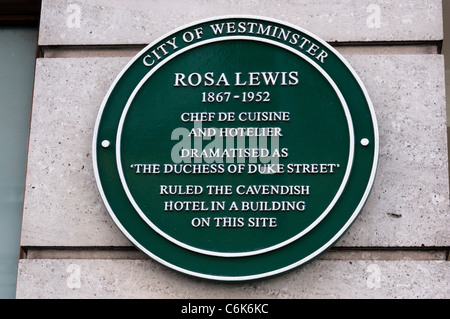 Plaque commemorating Rosa Lewis (the Duchess of Duke Street) next to the Jermyn Street entrance to the Cavendish - Stock Photo