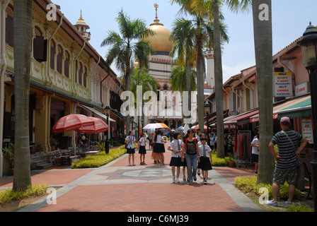 Chinese school children, Masjid Sultan (Sultan Mosque) from pedestrianised Bussorah Street (off Muscat Street) ,Singapore - Stock Photo