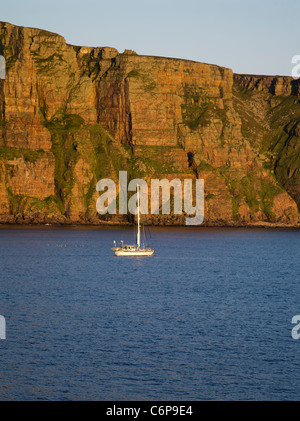 dh  HOY ORKNEY Yacht sailing off St Johns Head Hoy seacliffs cruising scotland - Stock Photo