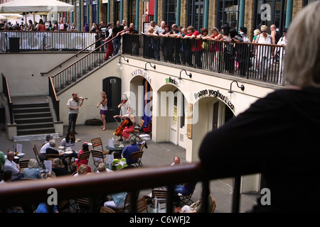 Freelance musicians performing in Covent Garden Market - Stock Photo