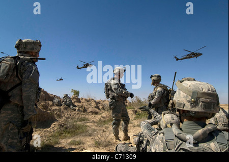 U.S. Army soldiers wait to be picked up by helicopters south of Balad Ruz, Iraq, on March 22, 2009. The soldiers - Stock Photo