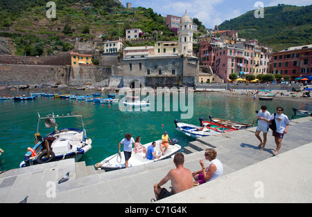 Menschen am Hafen, Fischerdorf Vernazza, Fischerboote, People at the beach, fishing boats in the harbour of Vernazza - Stock Photo