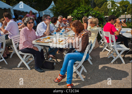 Paris, France, French Food and Wine Festival, St. Pourcinois, French Families Picnicking on Seine Quay, Terrace - Stock Photo