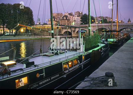 Houseboats On River Seine In Paris Stock Photo 152757808 Alamy