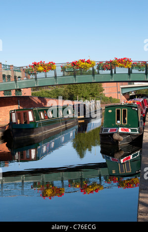 Canal boats in Banbury by the Castle Quay shopping centre . Oxfordshire, England - Stock Photo