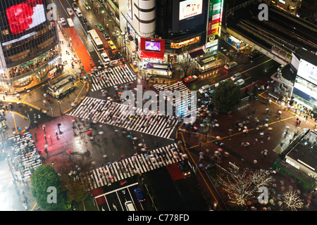 Asia, Japan, Tokyo, Shibuya, Shibuya Crossing - crowds of people crossing the famous crosswalks - Stock Photo