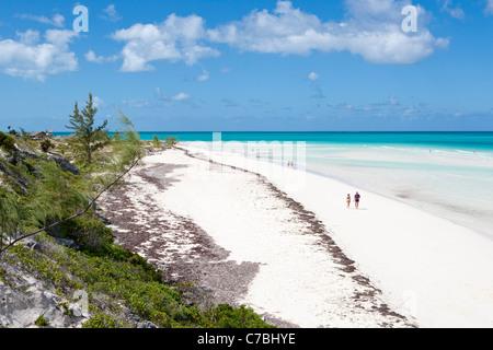 People stroll along pristine Playa Pilar beach, Cayo Guillermo (Jardines del Rey), Ciego de Avila, Cuba - Stock Photo