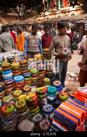 India, West Bengal, Kolkata, Barabazaar, Canning Road, roadside bangle stall - Stock Photo