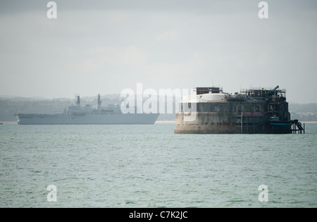 HMS Bulwark approaching Southampton with Spitsand sea fort in the foreground. - Stock Photo