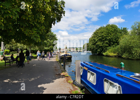 Boats moored along the riverbank on the River Thames at Henley-on-Thames, Oxfordshire, England, UK - Stock Photo