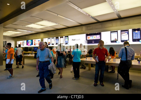 USA, New York, Manhattan, Apple Store on 5Th Avenue - Stock Photo