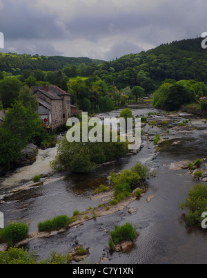 THE RIVER DEE FLOWS THROUGH THE TOWN OF LLANGOLLEN,  NORTH WALES - Stock Photo