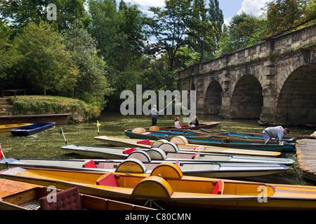 Punts on the River Cherwell underneath Magdalen Bridge, Oxford, Oxfordshire, England, UK - Stock Photo