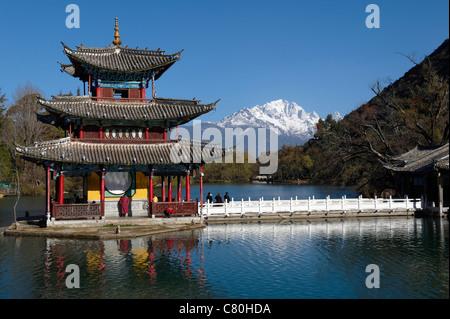 China, Yunnan, Lijiang, Black Dragon pool, background the Jade Dragon snow mountain - Stock Photo