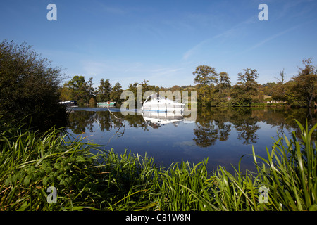 A boat sailing on the River Thames near to Pangbourne, Reading, Berkshire. - Stock Photo