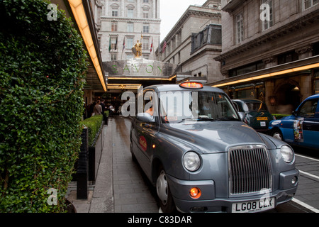 Savoy Hotel Exterior and Taxi, London, England - Stock Photo