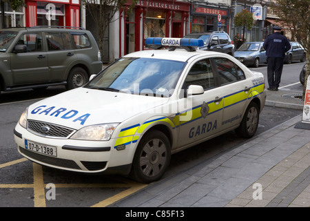 an garda siochana irish police patrol squad car with police officer in main street ballina county mayo republic - Stock Photo