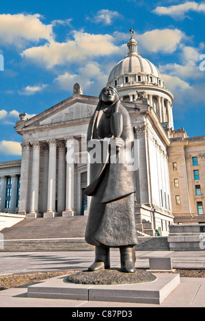 'As Long As The Waters Flow', a 15' tall bronze tribute to Native Americans by Allan Houser in front of Oklahoma - Stock Photo