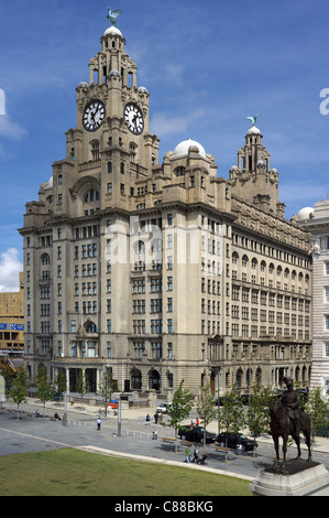 Royal Liver Building, Liver Birds, Liverpool, England, UK, Great Britain, with a statue of King Edward V11 in the - Stock Photo