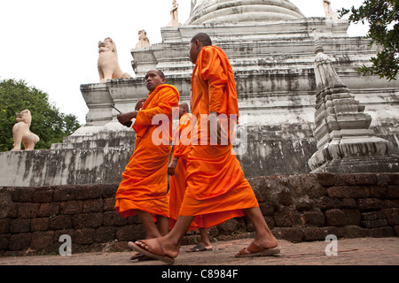 Monks walk past the Wat Phnom in Phnom Pehn, Cambodia, SE Asia. - Stock Photo