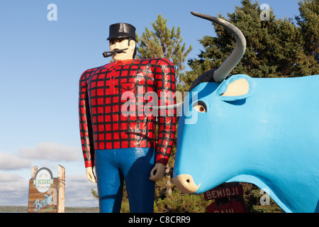 Giant statues of Paul Bunyan and Babe the Blue Ox stand near Lake Bemidji in Bemidji, Minnesota, USA. - Stock Photo