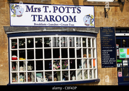 Mrs T Potts tearoom in Moreton-in-Marsh with a selection of different teapots on display in the window in the Cotswolds - Stock Photo