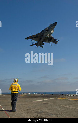 An AV-8B Harrier with Marine Medium Helicopter Squadron 268 (Reinforced) lands on the amphibious assault ship Makin - Stock Photo