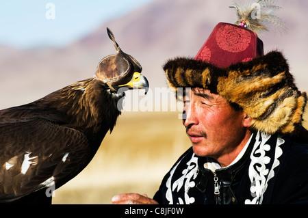 A Kazakh eagle hunter in the Altai region of Bayan Ölgii in western Mongolia. - Stock Photo