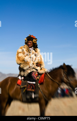 A Kazakh eagle hunter at the annual 'Eagle hunters' festival at Bayan Ölgii in western Mongolia. - Stock Photo