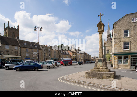 Great Britain, England, Gloucestershire, Stow-on-the-Wold, Main square with market cross (15th century) - Stock Photo