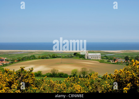 Salthouse village and St Nicolas church, on the Norfolk coast, East Anglia, UK, looking towards the sea. - Stock Photo
