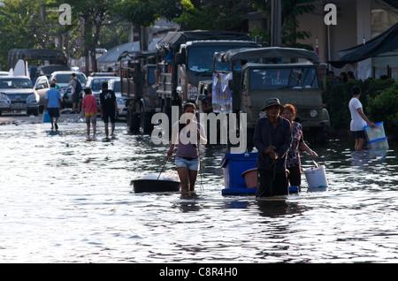 Thai refugees wade through flooding, Phahon Yothin Road, Bangkok, Thailand on Monday, October 31st, 2011. Thailand - Stock Photo