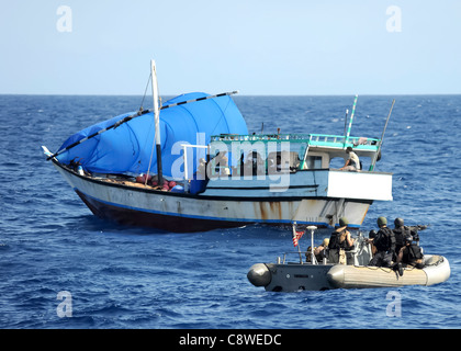 guided-missile cruiser USS San Jacinto (CG 56) investigate a suspicious dhow - Stock Photo
