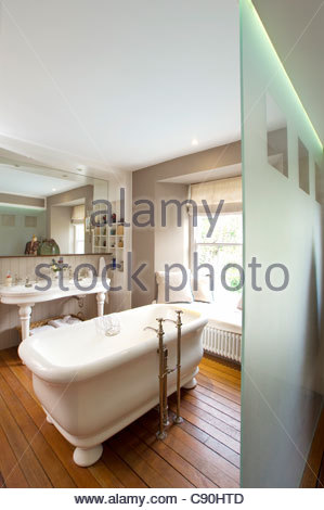 Old Fashioned Bathtub In Bathroom   Stock Photo